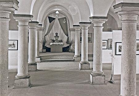 Stejná síň po roce 1948 na snímku Františka Seidela, v budově vedle vstupu do zámku sídlil Sbor národní bezpečnostu