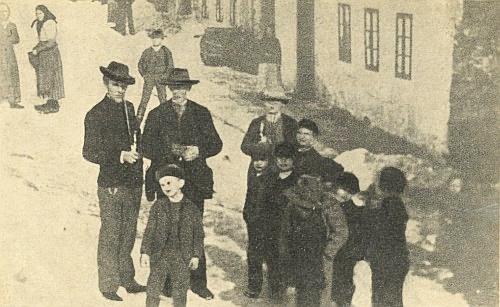 Vzácný snímek ze skladatelova dětství v rodném Kunžvartě (dnes Strážný) ho zachycuje vepředu jako malého chlapce v beranici