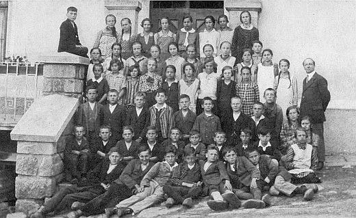 Jako učitel v rodné obci s dětmi ročníků narození 1919-1921 před kunžvartskou školou