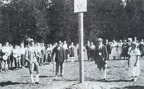 Záběr z májové slavnosti 1937 ve Švajglových Ladech