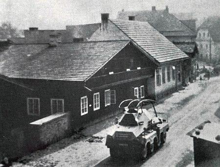 Poměrně ojedinělý snímek z odpoledne 2. října 1938, kdy Soumarskou ulicí vjíždí do Volar     první průzkumné vozidlo wehrmachtu, pořídil učitel Franz Herbst z okna svého bytu