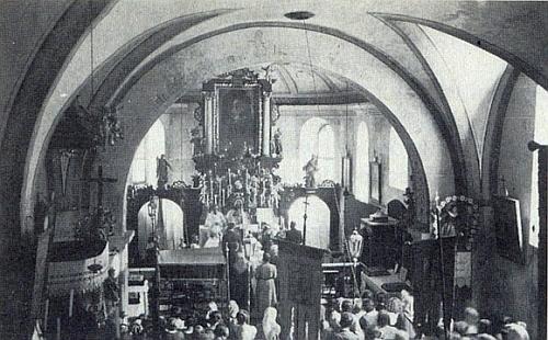 Vzácný snímek vnitřku zaniklého kostela sv. Anny v Hojné Vodě za jedné svatby, konané tu v srpnu 1932