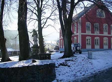 ... a týž výhled se sochou sv. Jana Nepomuckého vedle bývale hojnovodské školy