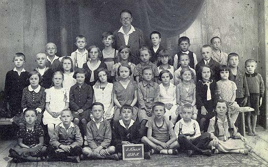 Pan učitel Straka se svými žáky v Nových Hradech ve školním roce 1930/31