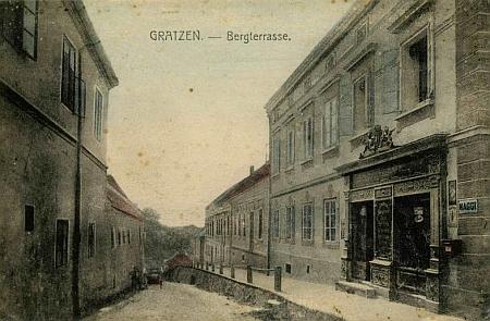 Pohlednice z Nových Hradů, kterou vydal její otec, zachycuje vpravo její rodný dům, ...