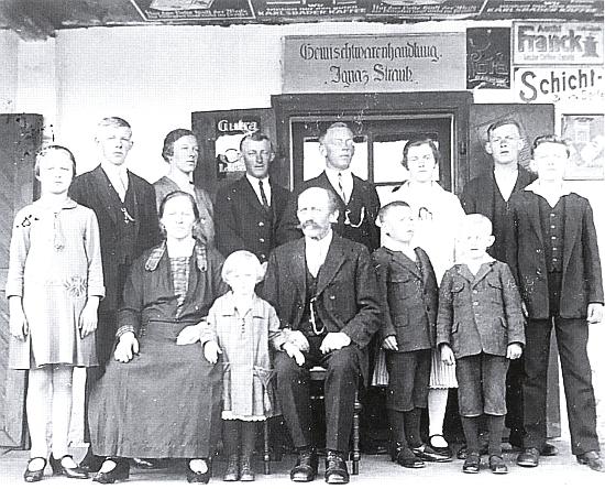Na rodinném snímku stojí druhý zleva, jeho rodiče Ignaz a Maria sedí vpředu