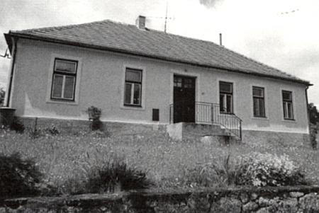Německá obecná škola v Trutmani, zřízená tu v roce 1919, na snímku ze srpna 2015