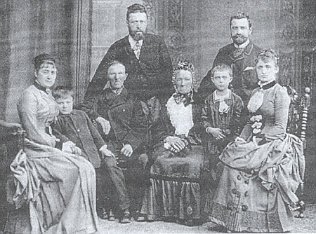 Na snímku z osmdesátých let devatenáctého století je malý Karl zachycen v pravé polovině snímku mezi svou babičkou Annou, roz. Ritterovou, maminkou Adelheid, roz. Malikovou, nad nimi třemi pak stojí Karlův otec Ignaz Strobl