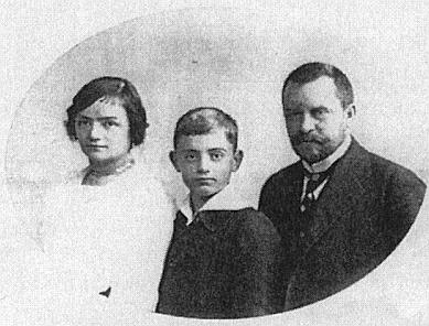 Rodinný snímek z doby kolem roku 1910 zachycuje jeho ženu Gabrielle, roz. Wittmannovou, syna Kurta a jeho ještě splnovousem