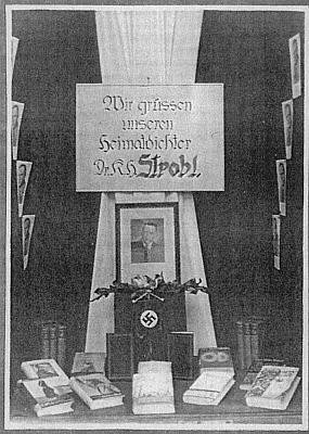 Knihkupecká výloha v rodné Jihlavě roku 1939 s prezentací jeho děl