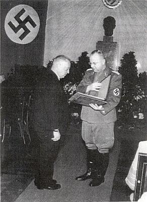 V červnu 1943 přebírá v Praze Cenu Petra Parléře v děsivé dobové dekoraci