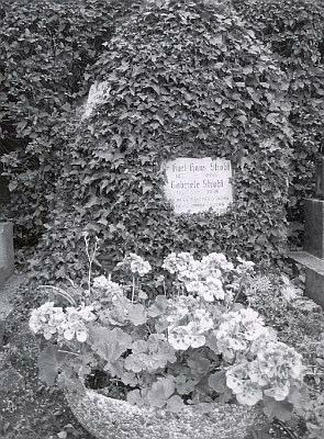 Hrob Karla Hanse a Gabriely Stroblových v Perchtoldsdorfu