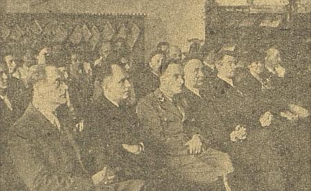 """Tady sedí v neděli 19. září roku 1943 vedle starosty města Davida v brýlích a """"Kreisleitera"""" Gasthubera při slavnostním otevření německé knihovny pro mládež """"s volným výběrem (!)"""" v protektorátních Budějovicích"""