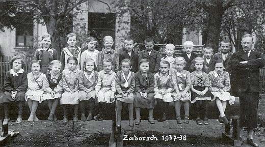 Školáci ze Záhoří a Příslopu ve školním roce 1937/38 s panem učitelem Karlem Ossadnikem