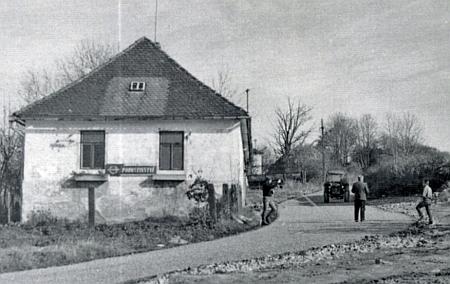 Budova bývalé německé školy ve Smědči na snímku z osmdesátých let 20. století