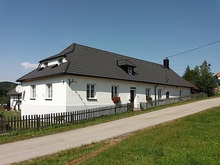 Někdejší škola ve Smědči na snímku z roku 2017
