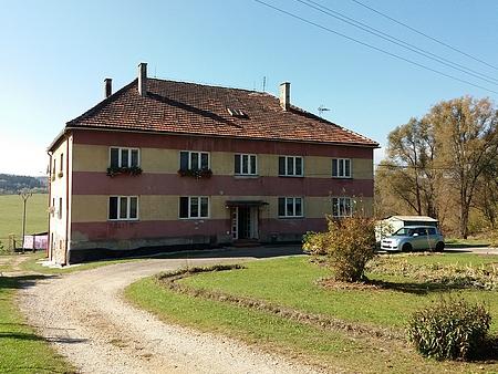 Později byla škola přestavěna na bytovku