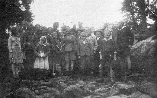 Snímek z výletu na Třístoličník se spolužáky ze školy v Záhoří v létě roku 1943 už někde mezi nimi zachycuje i jeho