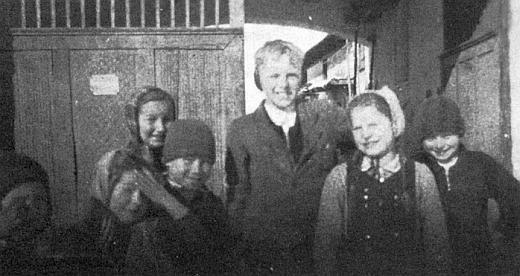 Před vraty do dvora statku u Wallentů v Záhoří je ten prvý zprava