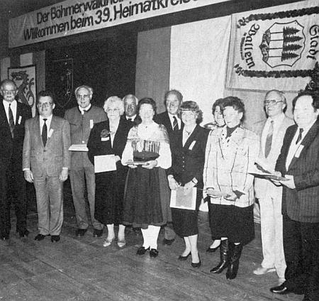 Tady stojí zcela napravo při ocenění dlouholetých spolupracovníků Böhmerwaldheimatkreis Prachatitz-Wallern-Winterberg u příležitosti rodáckého setkání v Ingolstadtu roku 1989 (zcela vlevo je tu zachycen Richard Schiefer, čtvrtá zprava zpola skryta Ilsa Viehbeck-Veithová)