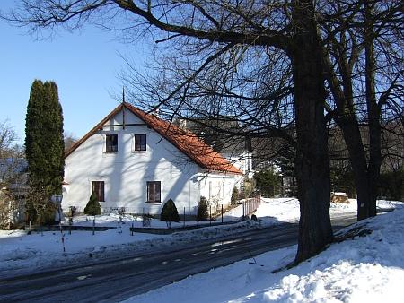 Tři snímky z února roku 2012 zachycují někdejší Jägerhaus v Benešově nad Černou, kde měl až do smrti bydlit