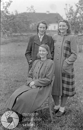 """Tento snímek """"tří dívek na zahradě"""" si dala """"unrechnet"""" (tj. """"nepočítáno"""") pořídit krumlovským fotoateliérem Seidel v říjnu válečného roku 1943 Marie Krepperová na adresu """"Stritschitz, Post Saborsch"""""""