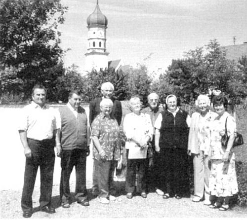 Tady ji vidíme druhou zprava stojící na setkání rodáků ze strýčického jazykového ostrova v Limbachu roku 2007