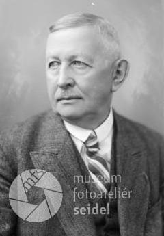 Dvě jeho podobenky z českokrumlovského foateliéru Josefa Seidela, pořízené 5. března roku 1933