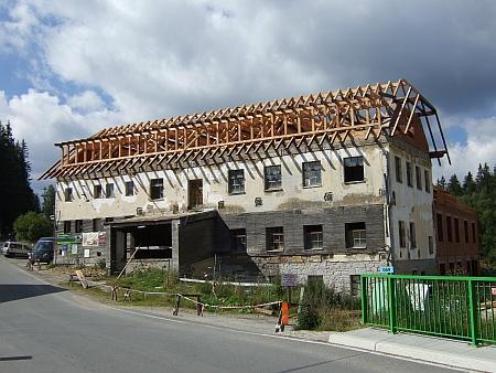 Přestavba budovy na snímcích z let 2016 a 2018