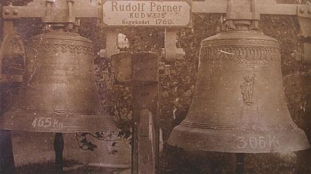 Zvony z Knížecích Plání, ulité českobudějovickou firmou Perner, visí dnes v Šumavských Hošticích, kam byly přestěhovány zezničeného kostela i varhany (horní snímek z roku 1926)