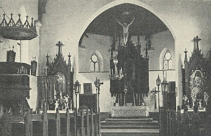 Vnitřek někdejšího kostela v Knížecích Pláních a pozdně gotické ciborium, které bylo součástí jeho inventáře