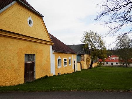 Hospodářské zázemí netolické obory vedle zámku Kratochvíle a zbytky jejího ohrazení