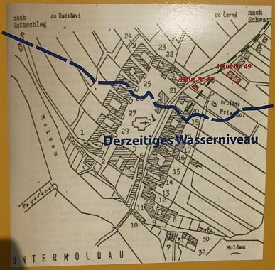 Plánek obce je na informační tabuli k dějinám obce Dolní Vltavice doplněn zakreslením současné rozlohy vodní hladiny Lipenského jezera, které pohřbilo větší její část