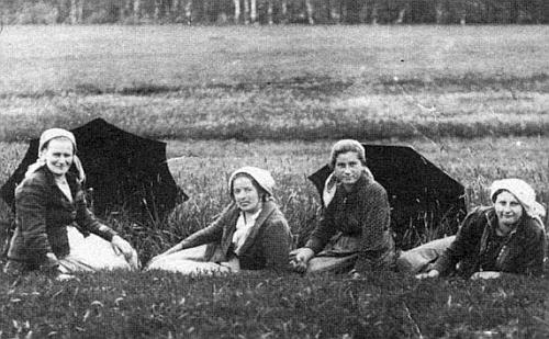 Na snímku z blízké Radslavi v roce 1924 odpočívá při pletí lnu sedící druházprava