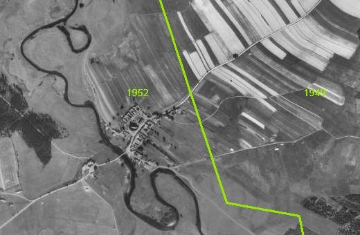 Na pravé části staršího snímku jsou vidět pole v roce 1949 dosud obdělávaná