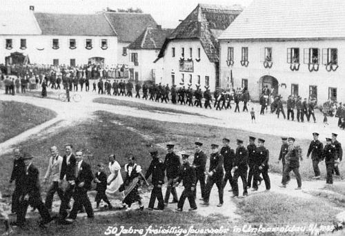 """Paráda na dolnovltavickém """"náměstí"""" v roce 1936, kdy zdejší hasičský sbor slavil 50 let své existence"""