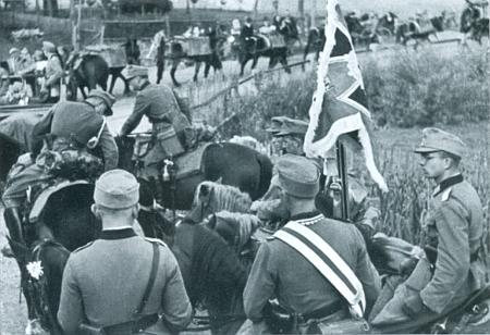 """Válka měla vypuknout za necelý rok, napadá neodbytně člověka, který se dívá na snímek z nacistické propagační publikace, zachycující v říjnu roku 1938 """"horské dělostřelectvo"""" při přesunu před Dolní Vltavicí"""