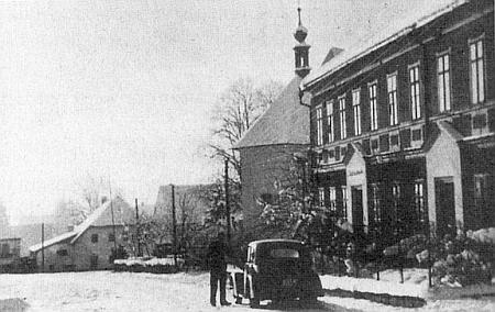 Snímek někdy z poloviny třicátých let minulého století svědčí o tom, že Dolní Vltavice měla opravdu ráz městečka