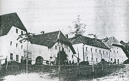 """Její rodný statek čp. 10 (""""Filippn"""") v Radslavi na snímku vpravo"""