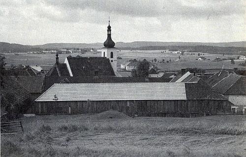 Pokojná selská krajina kolem někdejší Dolní Vltavice
