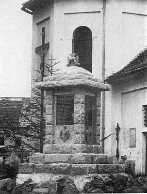 Památník padlým při mariánské kapli v Dolní Vltavici s misijním křížem z roku 1910