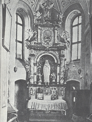 Oltář Panny Marie Lourdské v mariánské kapli dolnovltavického kostela sv. Linharta vlevo dole s křtitelnicí, která tu byla umístěna