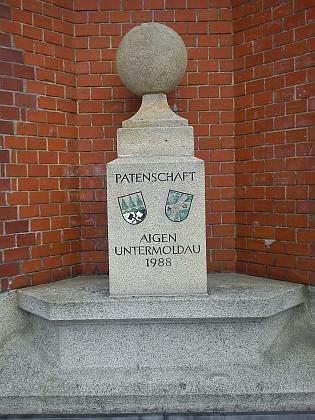 Památník u kostela v patronátním rakouském městečku Aigen