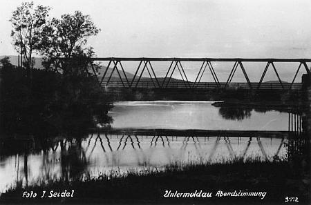 Dva snímky zachycují most v Dolní Vltavici, na horním snímku v pozadí dnes už zatopené centrum obce skostelem