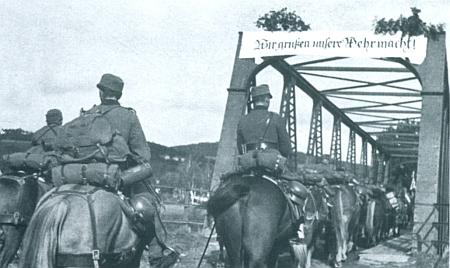 Dramatická chvíle v historii dolnovltavického mostu: na snímcích znacistické propagační publikace ho překračuje dělostřelectvo a vozba wehrmachtu v říjnu 1938