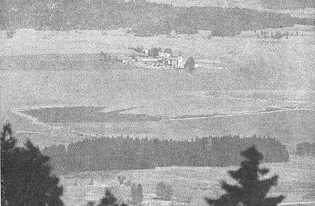 Vzácný snímek pod hladinou Lipenského jezera právě mizející Dolní Vltavice, kde stoupající hladina dosáhla právě k úpatí věže dnes potopeného kostela - kvalitu fotografie omlouvá skutečnost, že byl pořízen z temene rakouské hory Bärnstein