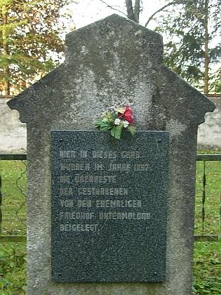 Pozůstatky zemřelých ze zrušeného hřbitova v Dolní Vltavici na rovněž kvůli Lipenskému jezeru přemístěném hřbitově obce Černá v Pošumaví