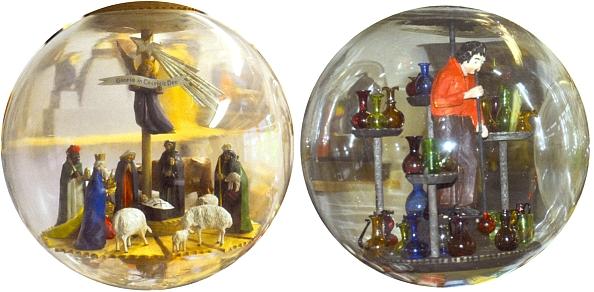 Vánoční a sklářský motiv ve dvou skleněných koulích lidového umělce Josefa Krottenhalera z Lindbergu