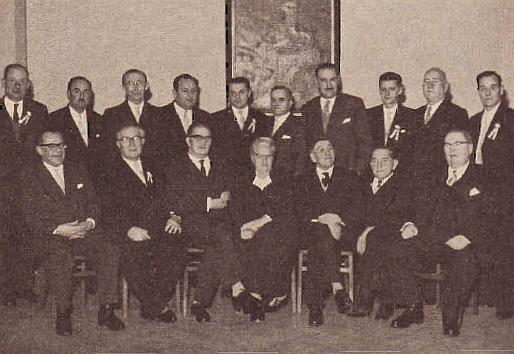 """V plesovém výboru """"vimperského bálu"""" v Pasově roku 1961 (stojící třetí zprava)"""