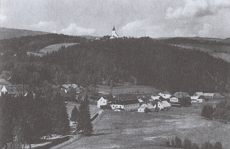 Mouřenec na vrchu nad Annínem na starší pohlednici